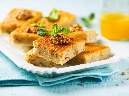 Сиропиран сладкиш с грис, кисело мляко, ванилия и орехи - снимка на рецептата